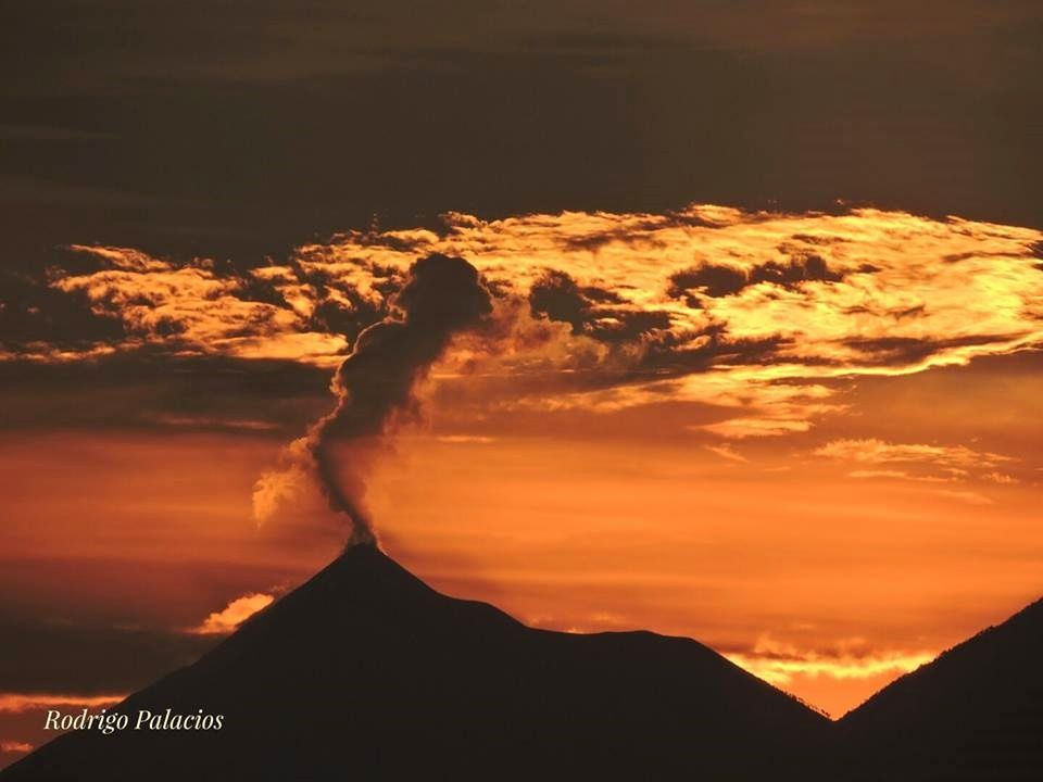 Fuego - photo Rodrigo Palacios 05.12.2016 via Clima Guatemala