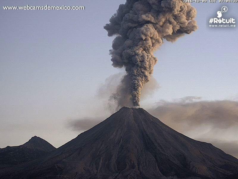 Colima - 09.12.2016 / 7h loc.- panache montant à 2.500 mètres - WebcamsdeMexico
