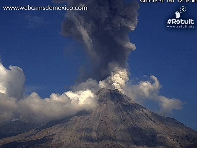 Colima - explosive plume of 18.12.2016 / respectively at 12:26 and 12:32 - webcamsdeMexico