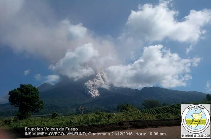 Fuego - Pyroclastic flow in the barranca Tanilyua the 21.12.2016 / 10h09 - photo Insivumeh