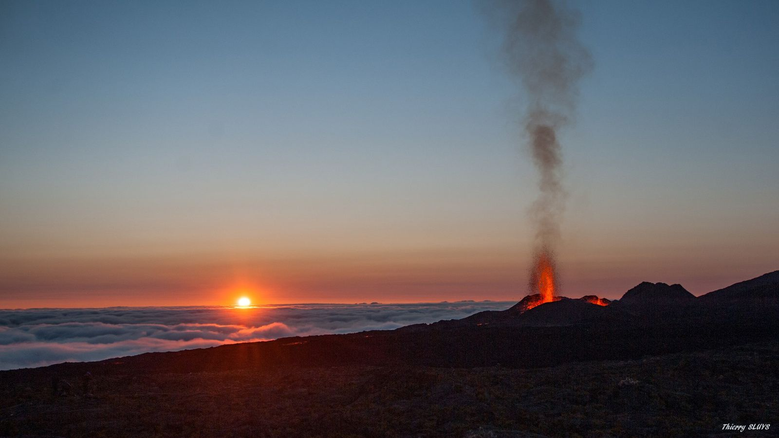 Piton de La fournaise - lever de soleil sur l'éruption le 15.09.2016 - photo © Thierry Sluys
