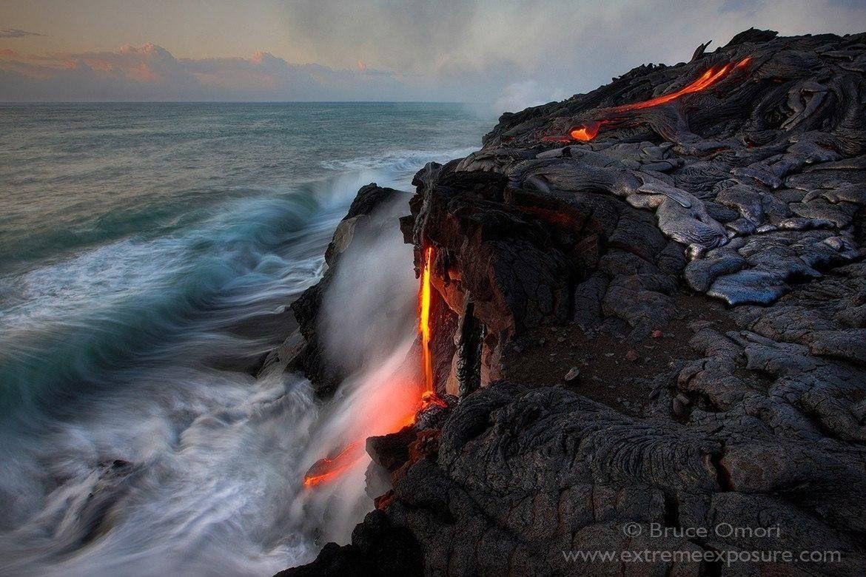 The 61g lava flows enters the sea - photo Bruce Omori / Extreme exposure 07.2016
