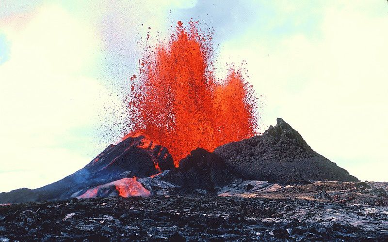 """1983 - A fissural eruption that will give rise to Pu """"u P'o - Photo HVO / J.D.Griggs"""