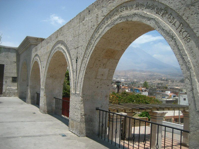 """Arequipa - the Mirador de Yanahuara, in """"sillar"""" - between the arches, one of the flanks of the Misti - picture Joël Tekv"""