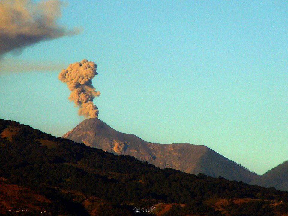 Fuego - photo Luis Aguilar via Clima Guatemala / 04.01.2017
