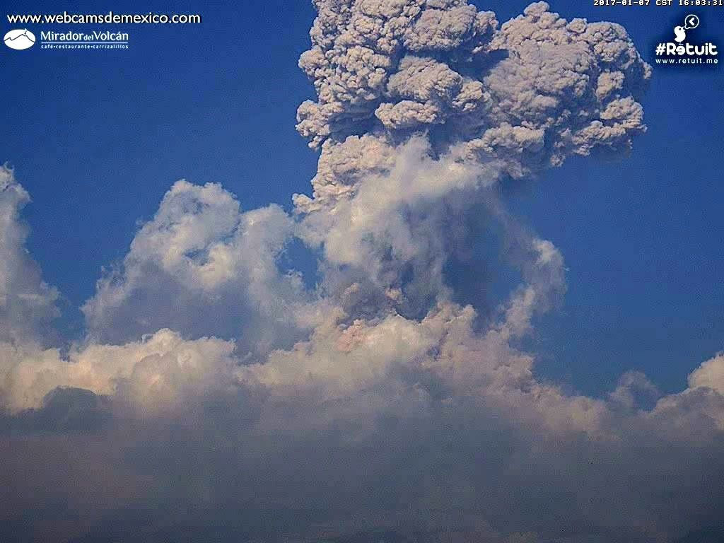 Colima - explosion of 07.01.2017 / 16h03 - webcamsdeMexico / Retuit