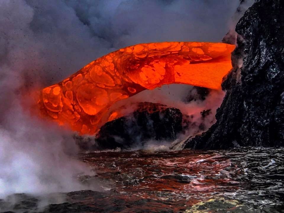 Kilauea / sea entry of the casting 61g ... a particularly powerful injection - image stop from a video of Lava ocean tours