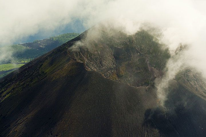 The summit crater of Lopevi - photo Tom Pfeiffer