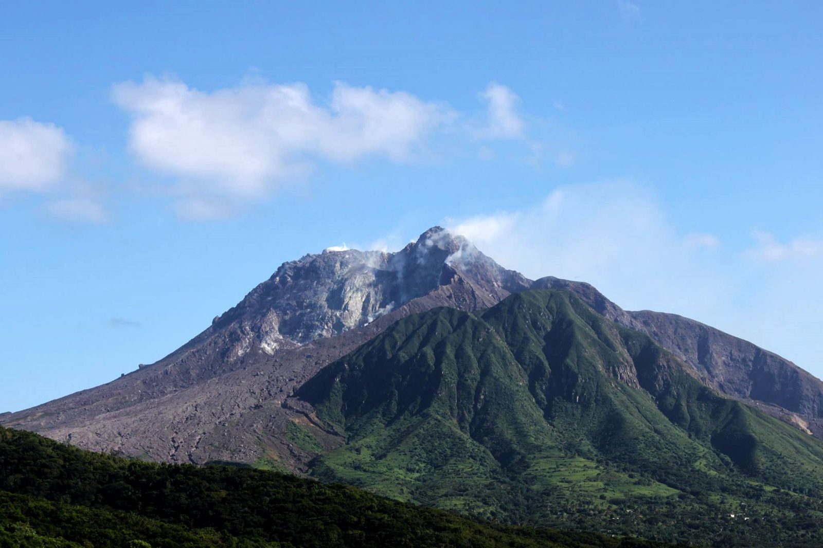 Montserrat - the summit of Soufrière hills rarely cleared on January 12, 2017 - photo MVO