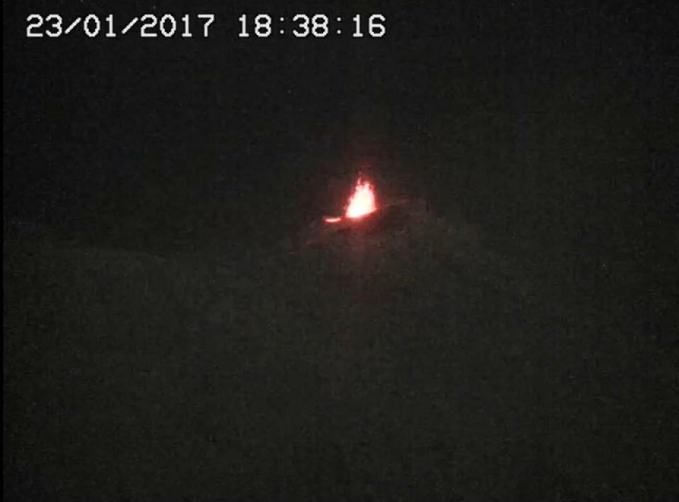 Etna explosions in the SEC - 23.01.2017 / 18h38 and 18h54 - webcam RadioStudio7