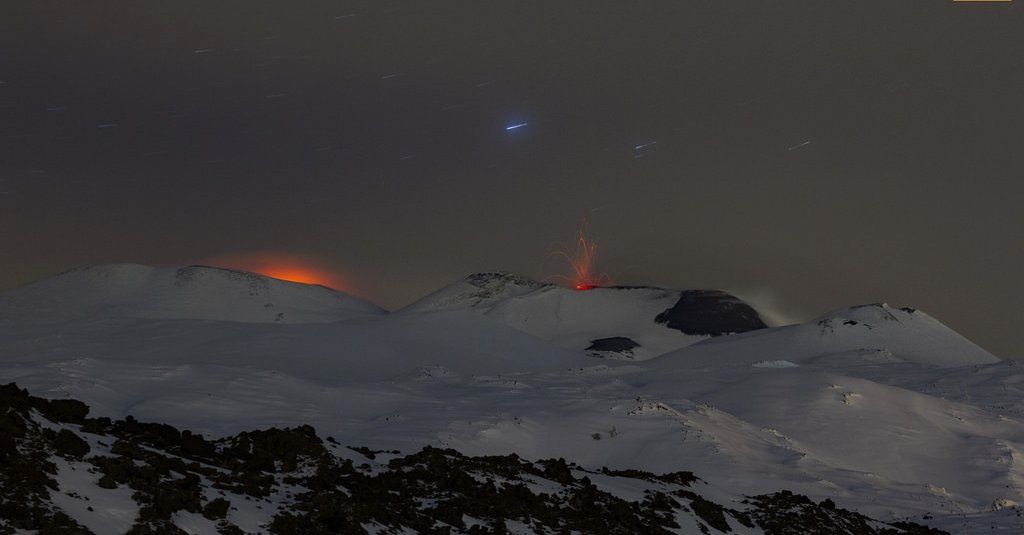 Etna - glowing at the Voragine and explosion at the SEC - a click to enlarge - photo 23.01.2017 / Giuseppe Distefano / EtnaWalk