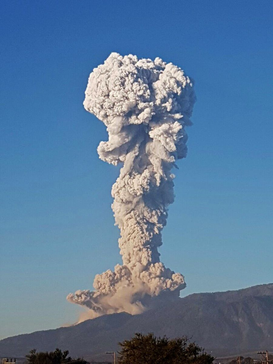 Colima, the plume seen from Ciudad Guzman - photo César Ruelas 25.01.2017