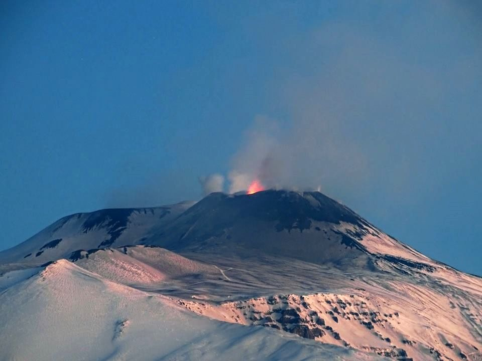 Etna - the strombolian activity of the SEC practically devoid of ashes this 31.01.2017 in the morning - photo Boris Behncke