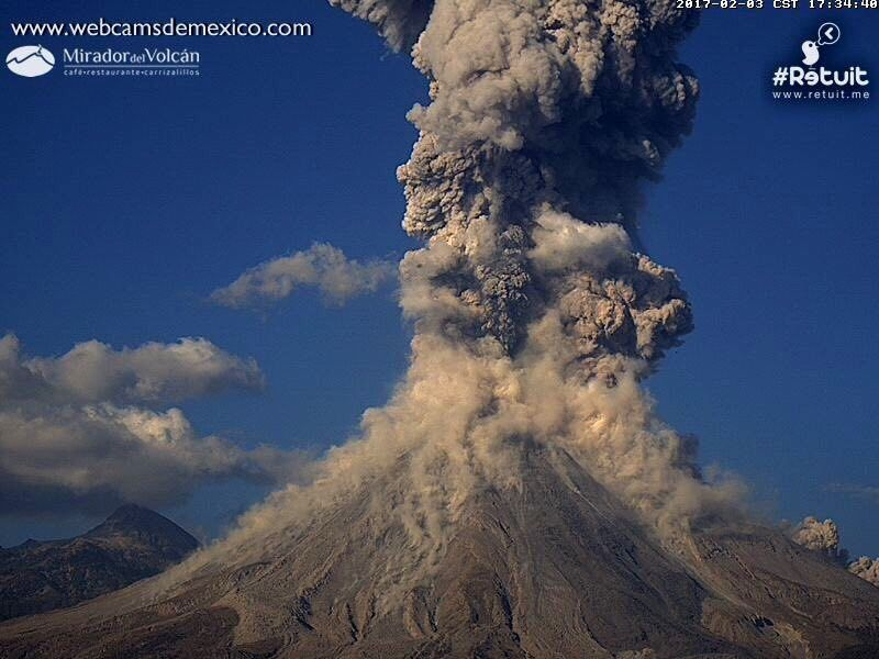 Colima - 03.02.2017 / 17h34 - small pyroclastic flows and plume at 17h34 - webcamsdeMexico