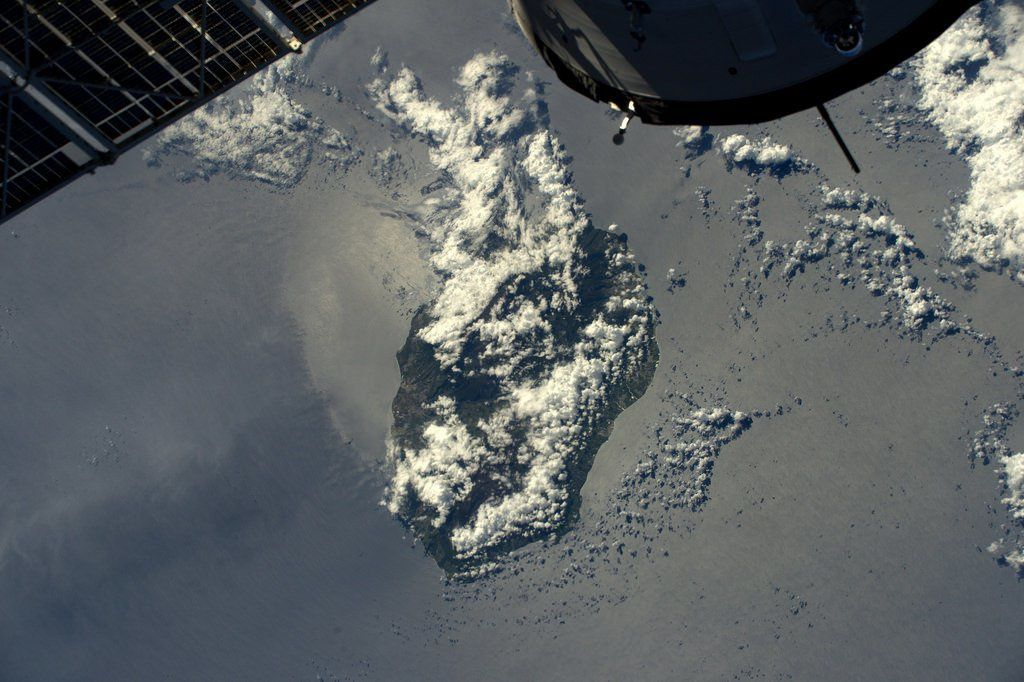 """La Reunion seen by Thomas Pesquet from the ISS, before the arrival of """"Carlos"""" - 02.2017 - - - cyclone pre-alarm map 04.02.2017 / 16h by Météo France"""