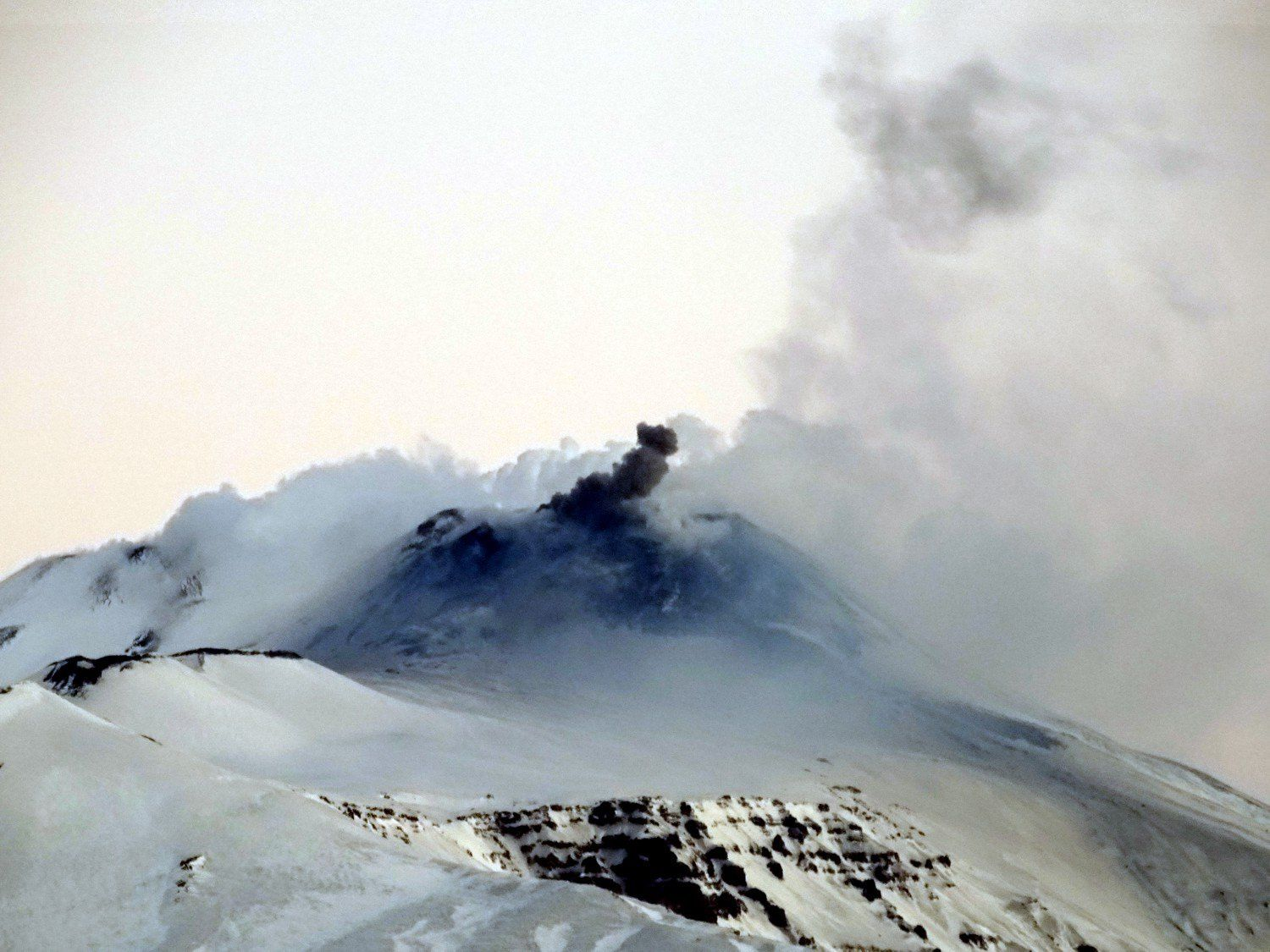 Etna SEC - ashes emissions on 08.02.2017 - photo Boris Behncke