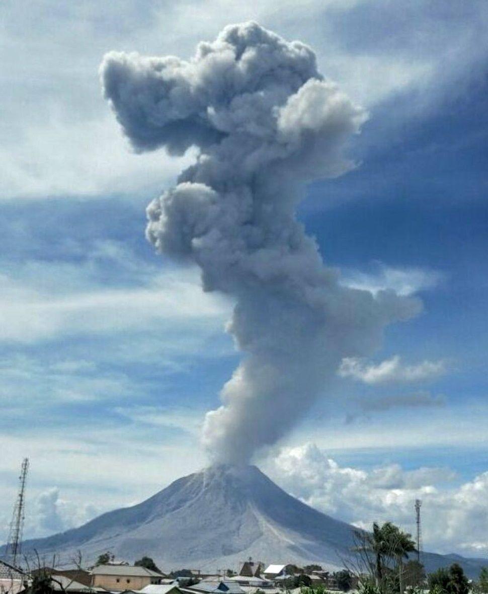 Sinabung - panache de 5.000 mçtres le 09.02.2017 - photo BNPB / via Sutopo Purwo Nugroho