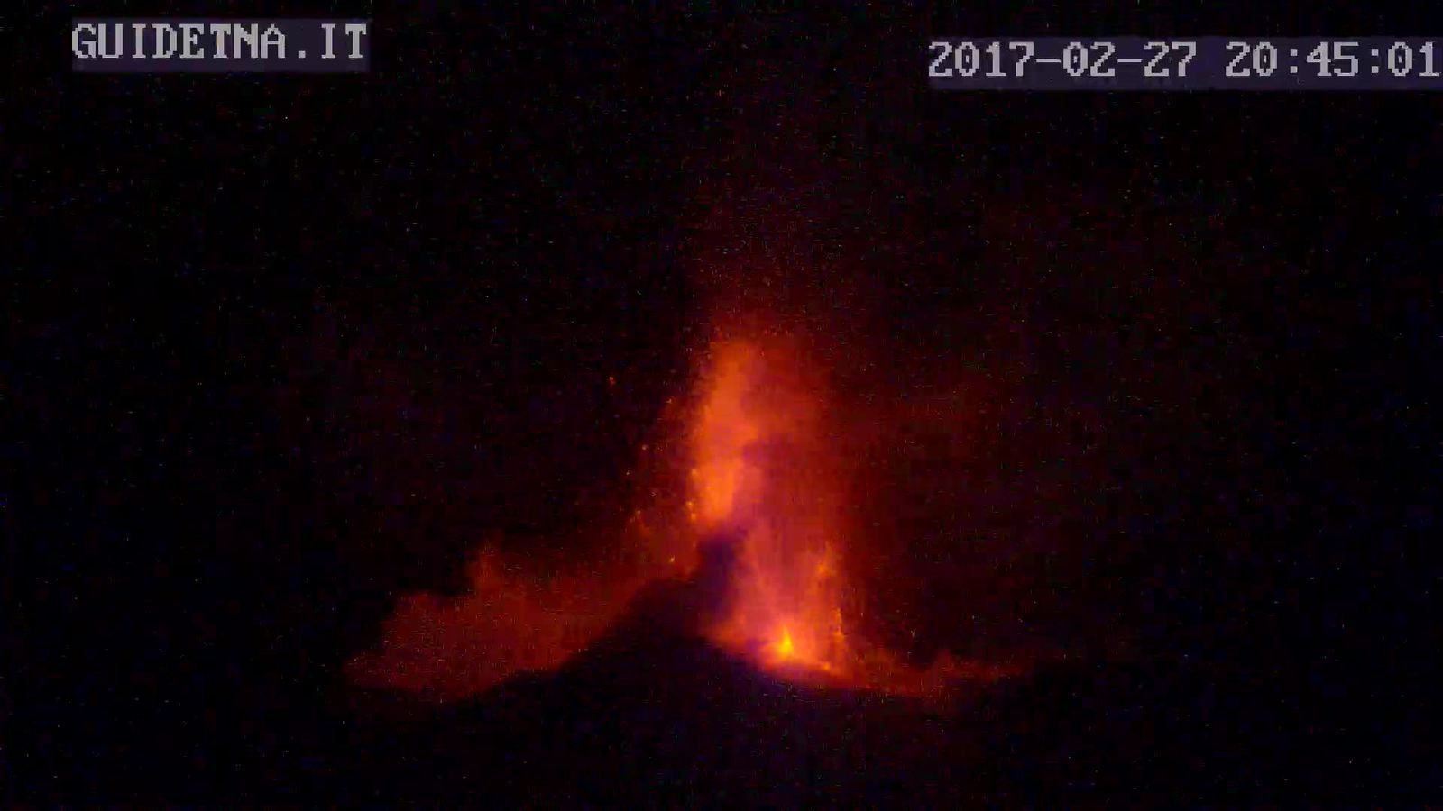 Etna  - 27.02.2017 / 20h45 l'éruption vue de Linguaglossa  - GuidEtna webcam