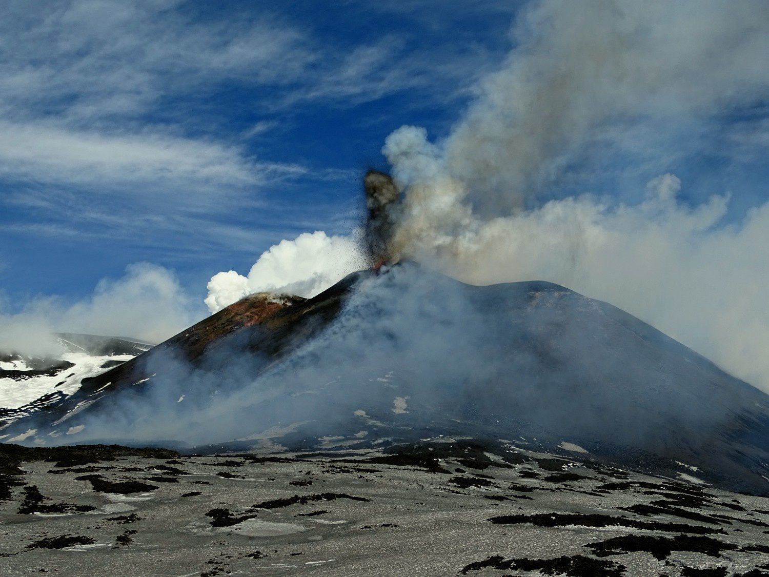 Etna - morning activity on 15.03.2017 - photos of Boris Behncke taken 1 km south of the cone