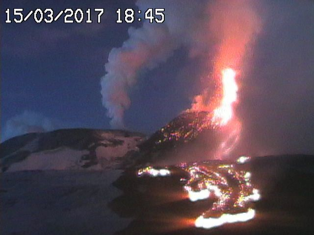 Etna - 15.03.2017 / 18h45 - Fontaine et coulée de lave - webcam RadioStudio7