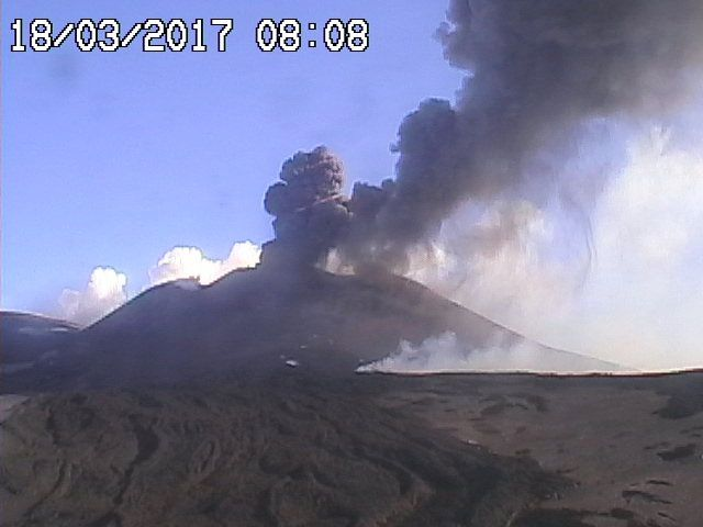 Etna 18.03.2018 / 8h08 - webcam Radiostudio 7 (view of summit craters from Montagnola)