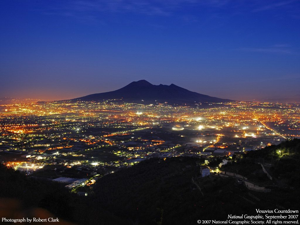 The Neapolitan aglomeration, the typical European example illustrating the volcanic risks, and the Vesuvius - photo wallpaper Nat Géo 2007 / Photo Robert Clark.