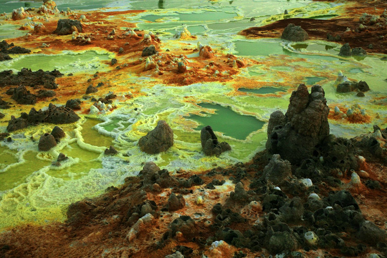 Dallol - bassin d'acide ourlés de sel - photo © Bernard Duyck 2007