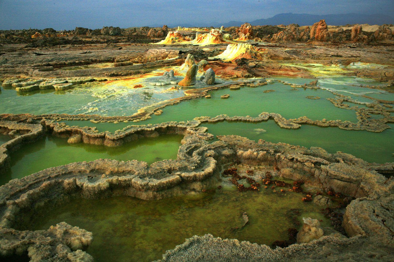 Dallol - bassin d'acide ourlés de sel - photo © Bernard Duyck 2007 - un clic sur les photos pour les agrandir.