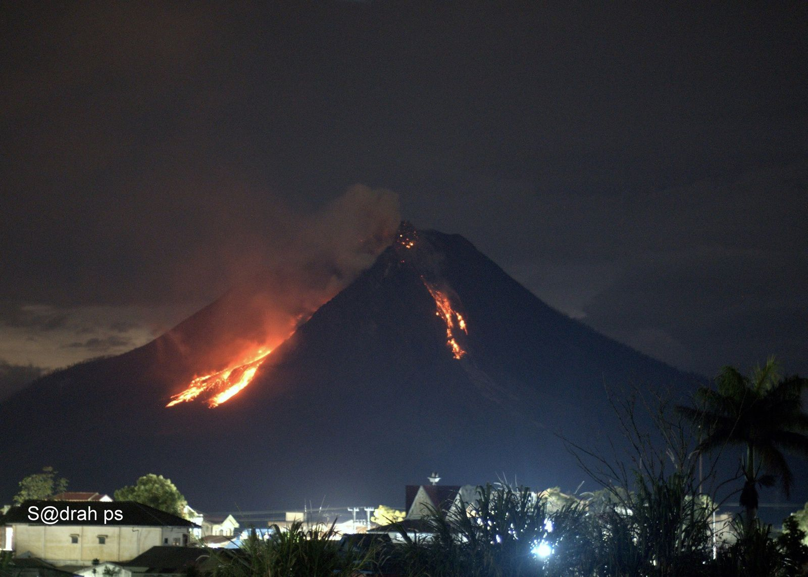 Sinabung - 04.04.2017 / 00h01 loc. avalanches de blocs et incandescense du dôme - Photo Sadrah Peranginangin