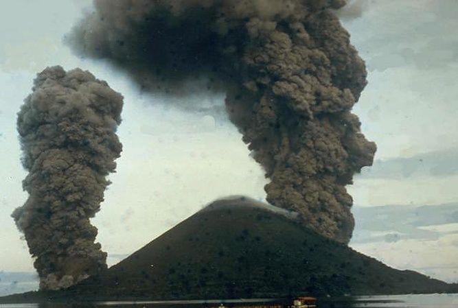 Banda Api - la dernière éruption le 09.05.1988 - photo I. Yoshida / VSI