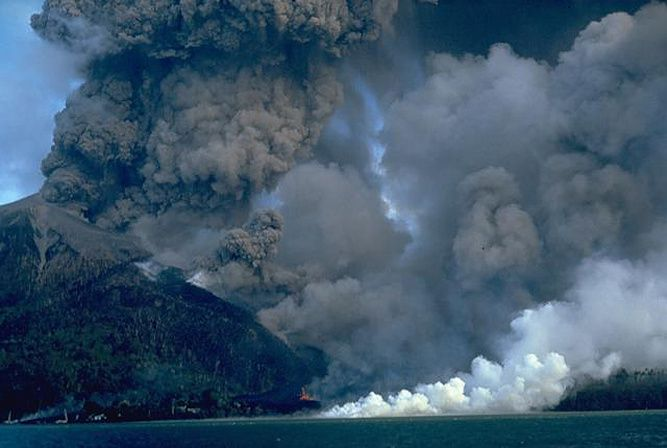 Banda Api erupts the 10.05.1988 - photo Willem Rohi / VSI