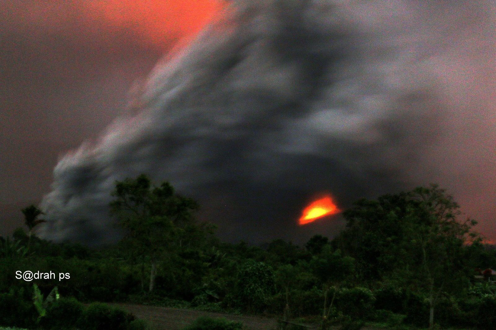 Sinabung - the 09.04.2017 / 23h12 - photo Sadrah Peranginangin / via Beidar Sinabung