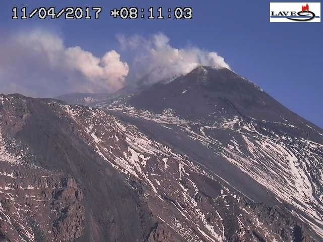 """Etna - 11.04.2017 / 8h11 - webcam LAVE - la coulée de gauche est de mars 2017 - l""""actuelle coulée, bien rectiligne, part du cntre gauche au pied du NSEC vers le coin en bas à droite."""