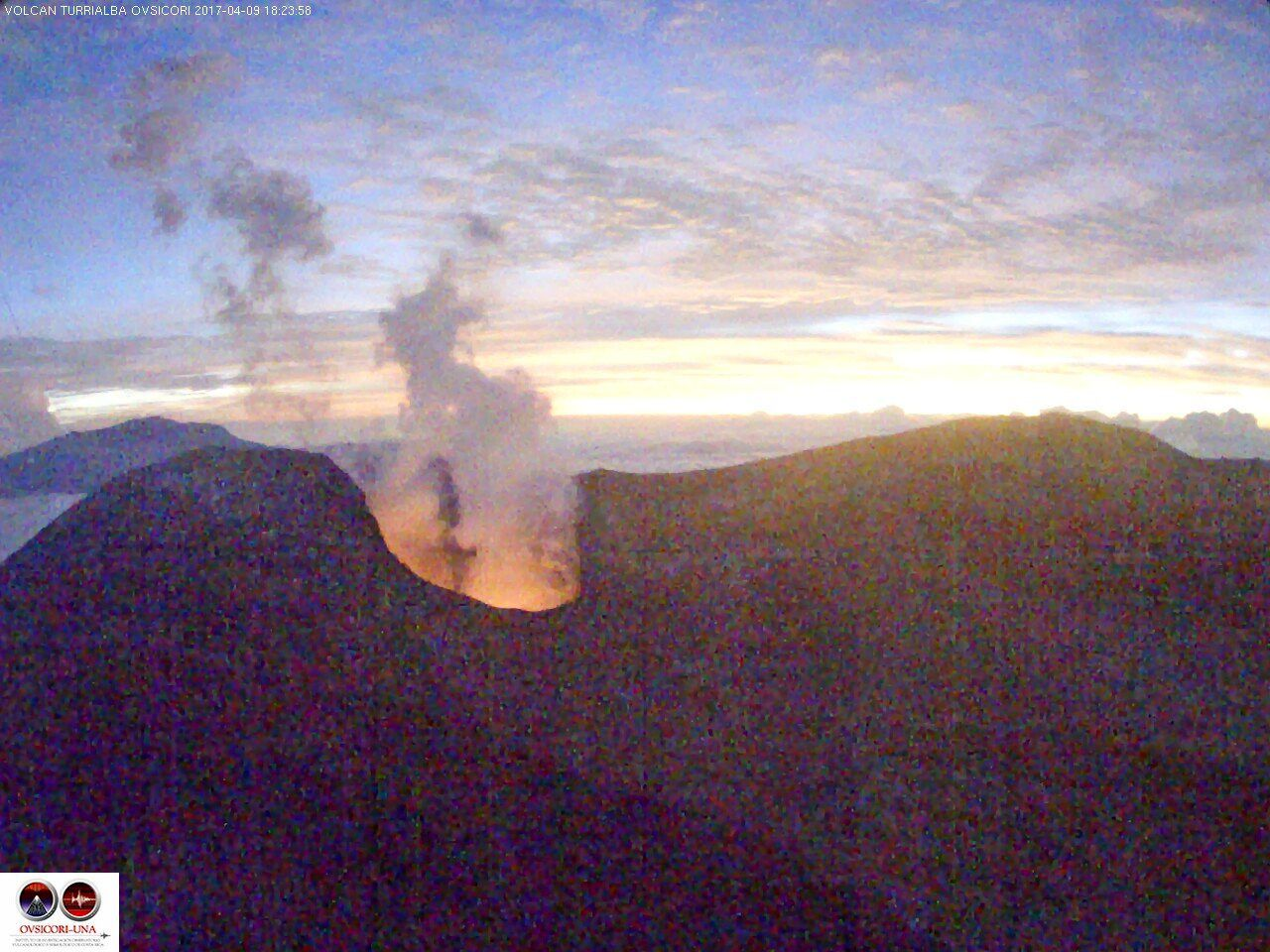 Turrialba - incandescence in the crater on 09.04.2017 / 18h24 - webcam Ovsicori