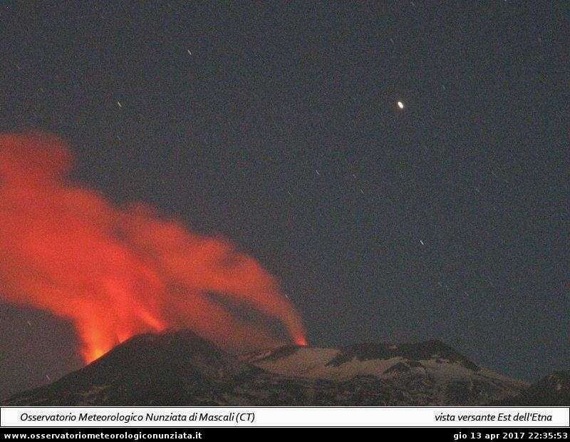 Etna - 13.04.2017 / 22h35 - webcam Observatoire meteo de Mascali