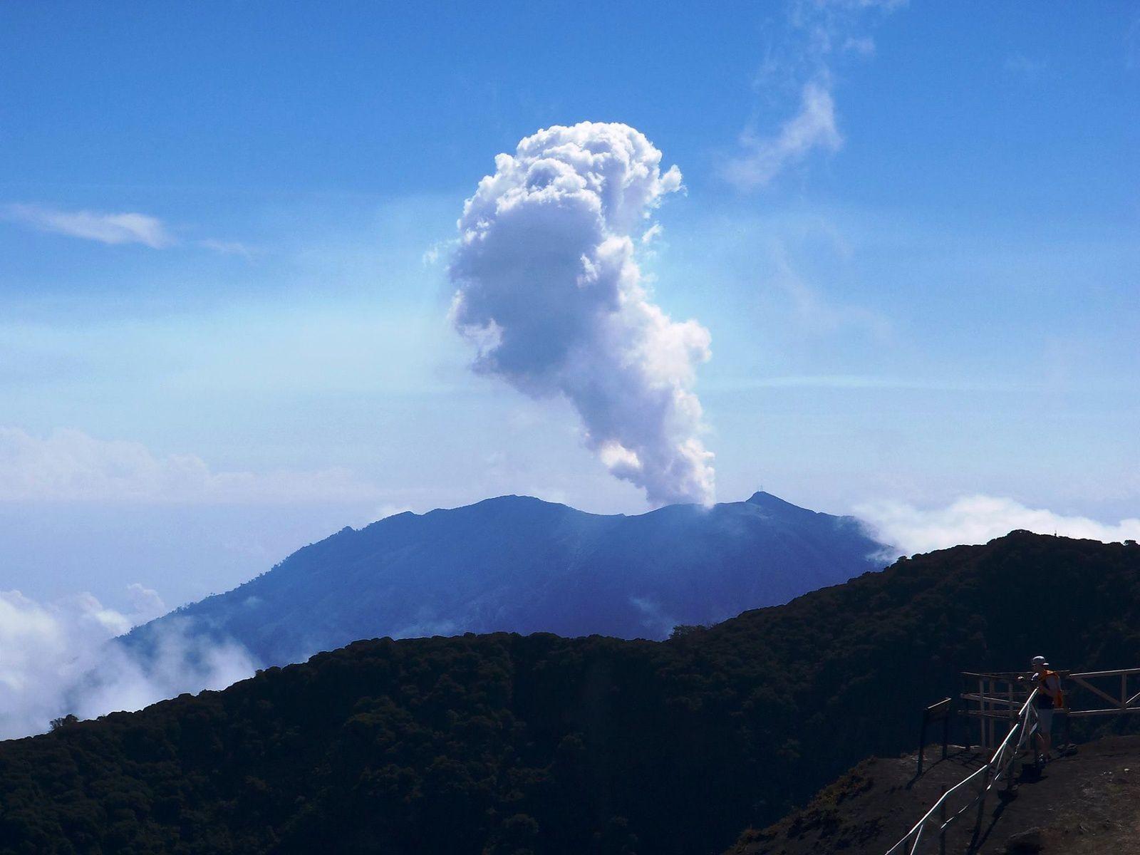 Panache du Turrialba, vu du volcan Irazu le 13.04.2017 -  photo vulcanólogo Gerardo Soto de la RSN.