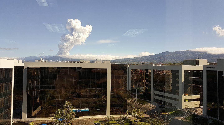 Poas - le panache de l'éruption du 14.04.2017 / 7h58, vu dela Zone Franche d' Heredia. -photo Oscar Lola.