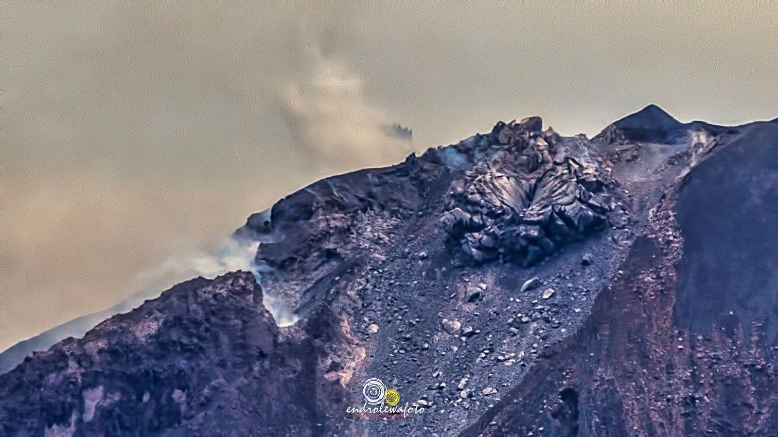 The dome of the Sinabung, where the viscous lava comes out like the toothpaste of its tube - photo 21.04.2017 Endro Lewa