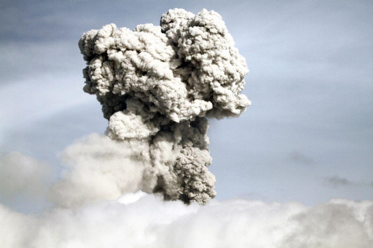 Sinabung 07.05.2017 / 8h23 - panache de cendres à 2.000 m - photo Igan S.Sutawijaya