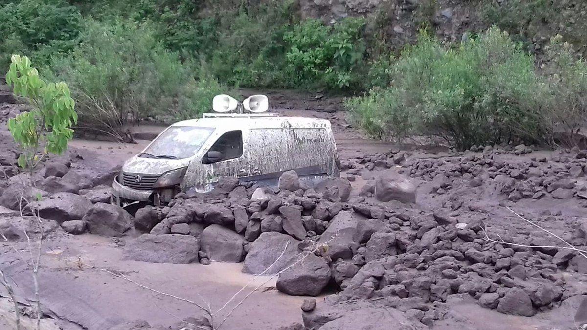 Fuego - lahar du 23.05.2019, immobilisant une camionette traversant un rio - photo Insivumeh