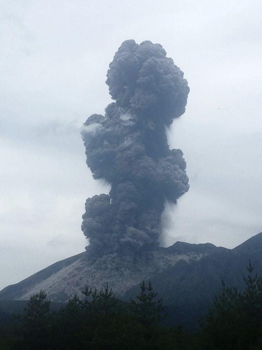 Sakurajima - 06.06.2017 - panache éruptif, avec un petit éclair en bas à gauche - photo James Reynolds / Twitter