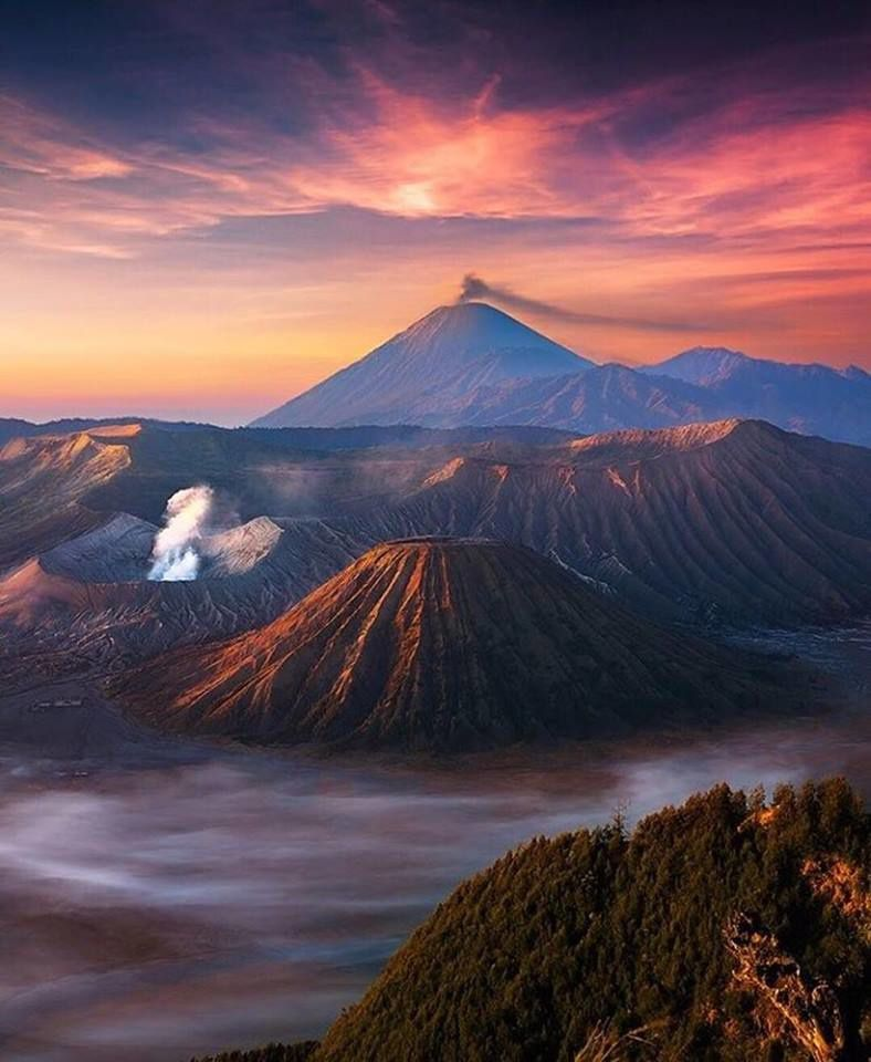 In order, the Sinabung (Endro Lewa), the Bromo and the Séméru in the same photo (Imágenes del Universo).