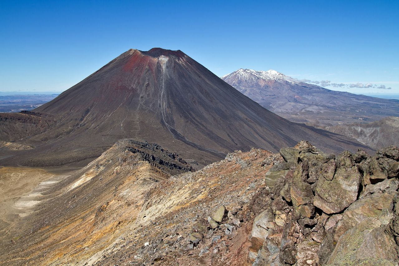 Le Ngauruhoe et le Ruapehu vus du Tongariro - photo © Guillaume Piolle / CC BY 3.0