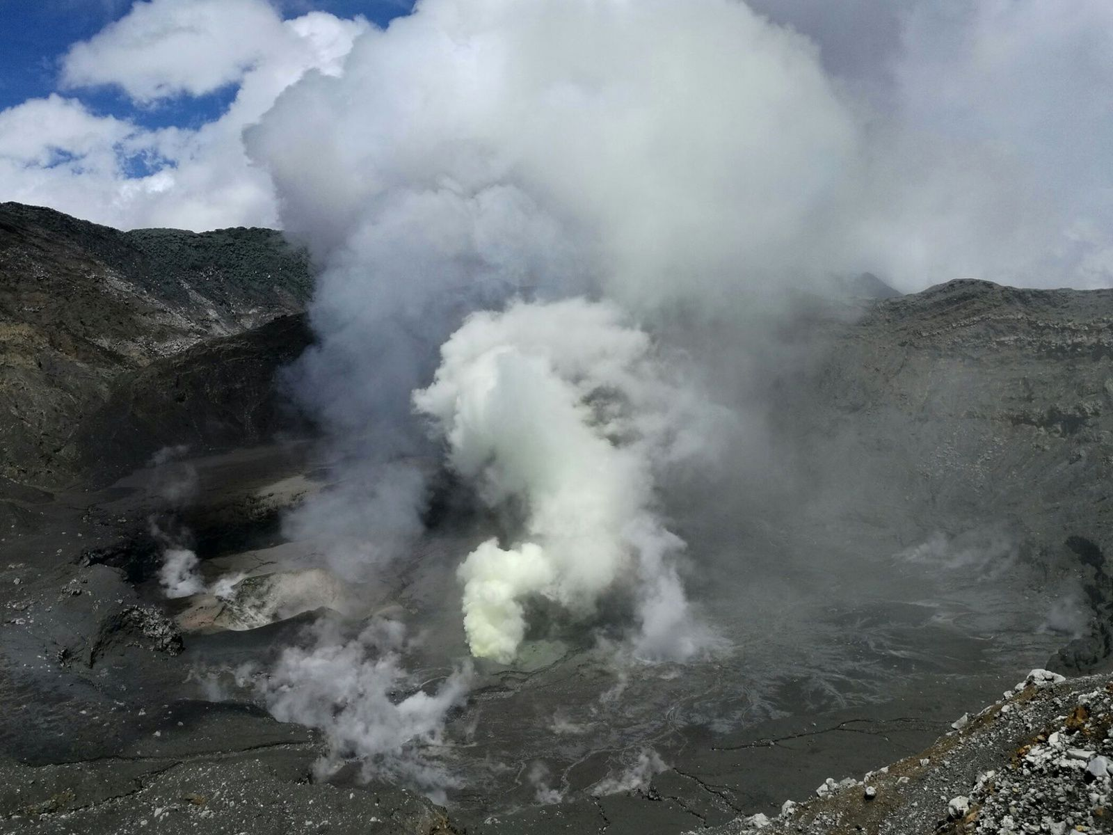 Poas - 06.07.2017 - degassing of two vents and fumaroles on the crater floor - photo Blas Enrique Sanchez via R.van der Laat