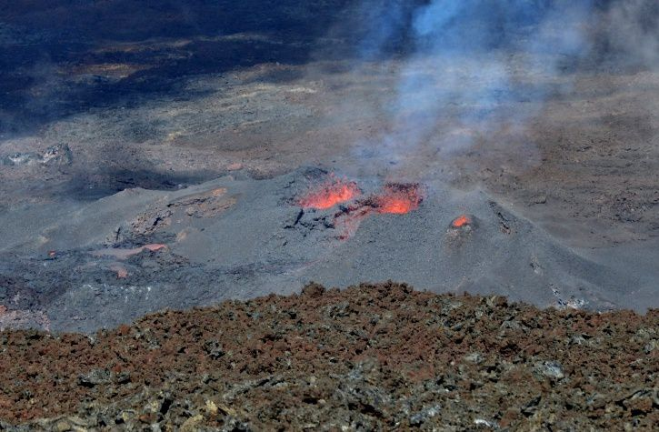 Piton de La Fournaise - the cone active July 21, 2017 at 11:30 - notice the partial closure of the cone and its three mouths, compared with the picture below taken earlier and the video of July 14 - photo OVPF