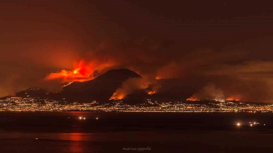 Vesuvius on fire - 11-12.07.2017 - photo Mario Coppola / Facebook