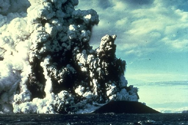"Surstsey - eruption of 21.11.1963, qualified since from ""Surtseyenne"" - photo geology.ohio-state.edu"