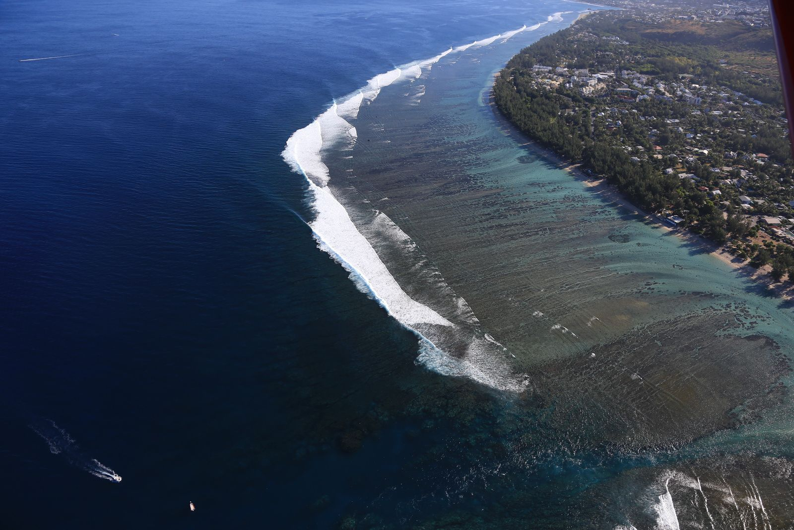 West Coast - Fringing reef, lagoon and surging waves - flying over in a microlight - photo © Bernard Duyck / june 2017