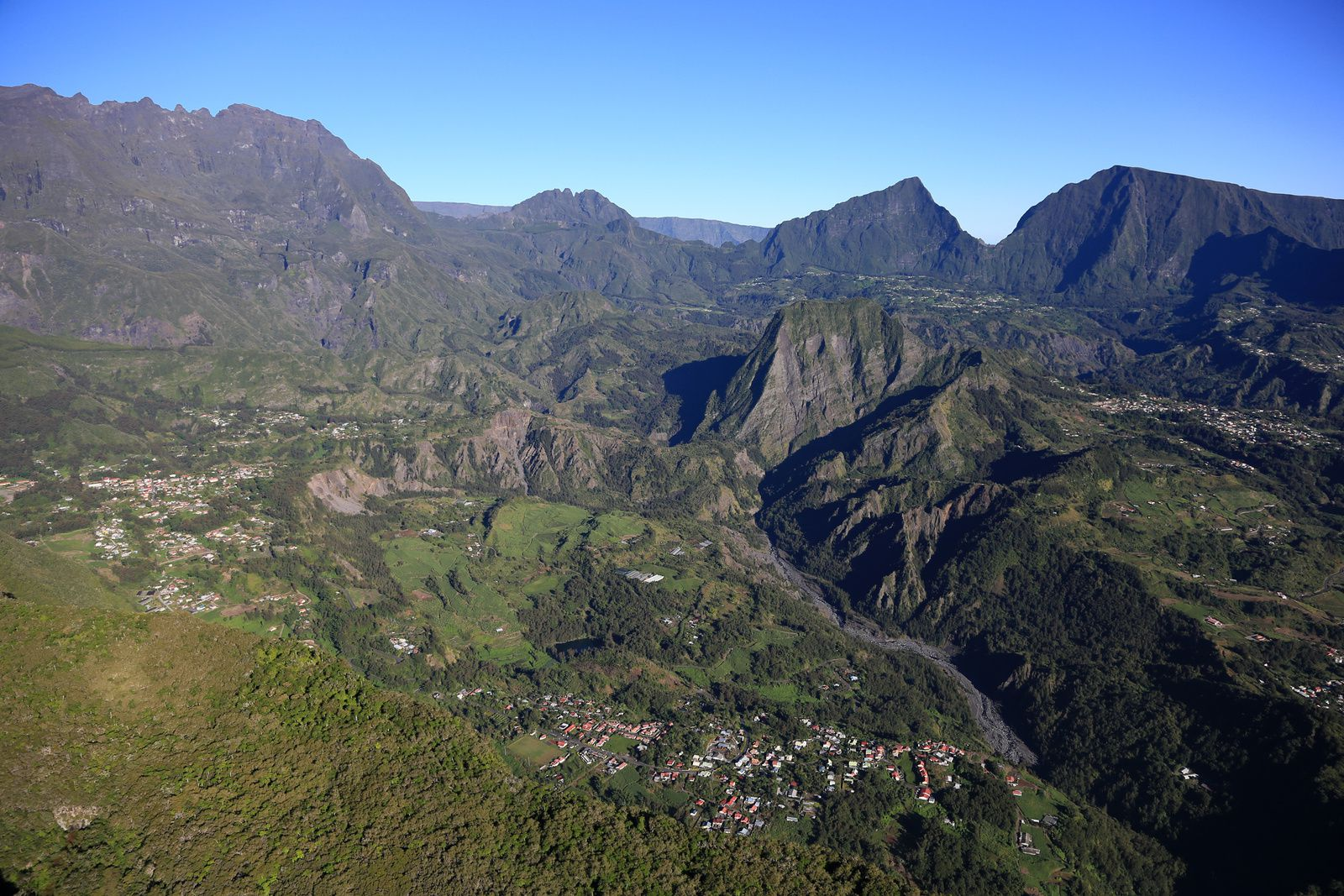 Reunion - circus of Salazie, with in the center, the Piton d'Enchaing - flight over the island in ULM / Planetair974 - photo © Bernard Duyck / june 2017