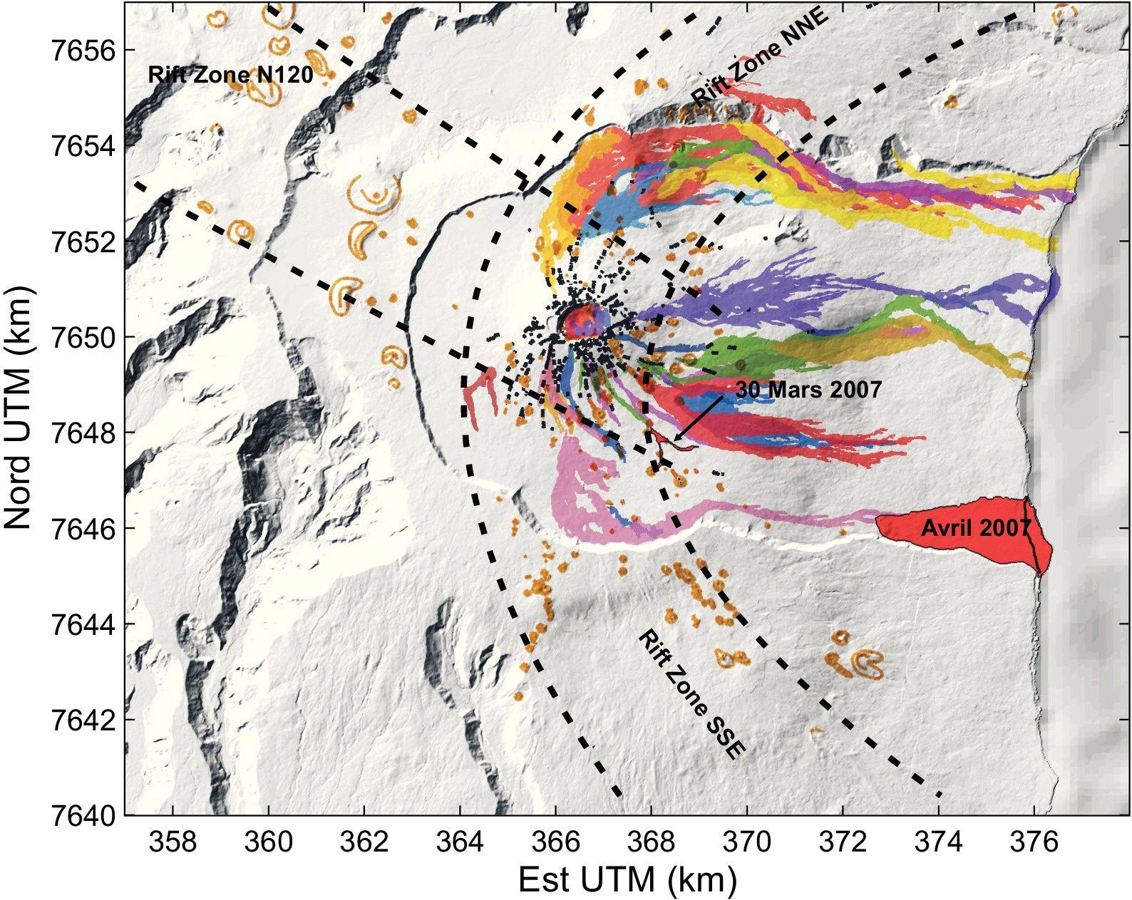 Carte des coulées de lave émises depuis 1998. Les coulées de l'éruption d'avril 2007 ont un contour marqué en noir. La ligne de rivage avant l'éruption d'avril 2007 est marquée en noir. Les cônes de scories sont indiqués en marron, les fissures éruptives en noir (d'après A.Peltier (2007)